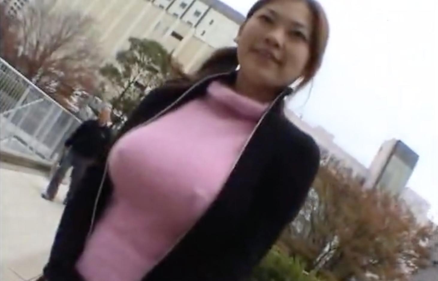 ニットセーターの着衣爆乳